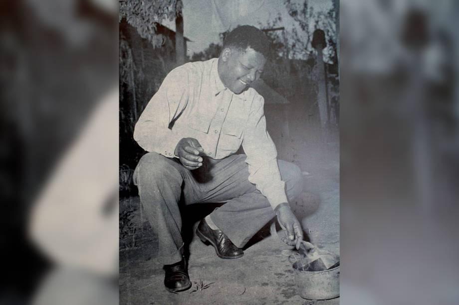 Nelson Mandela queima um passe obrigatório em 1960