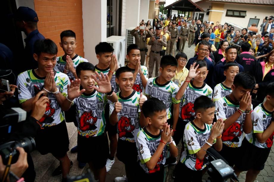 Time de futebol resgatado de caverna na Tailândia deixa hospital. Todos estão bem. - 18/07/2018