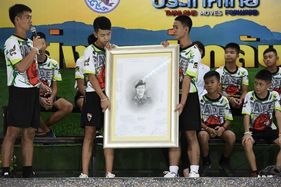 """Técnico dos """"Javalis Selvagens"""", time de futebol que foi resgatado de caverna inundada na Tailândia, presta homenagem ao mergulhador Saman Kunan, que morreu durante as buscas. - 18/07/2018"""