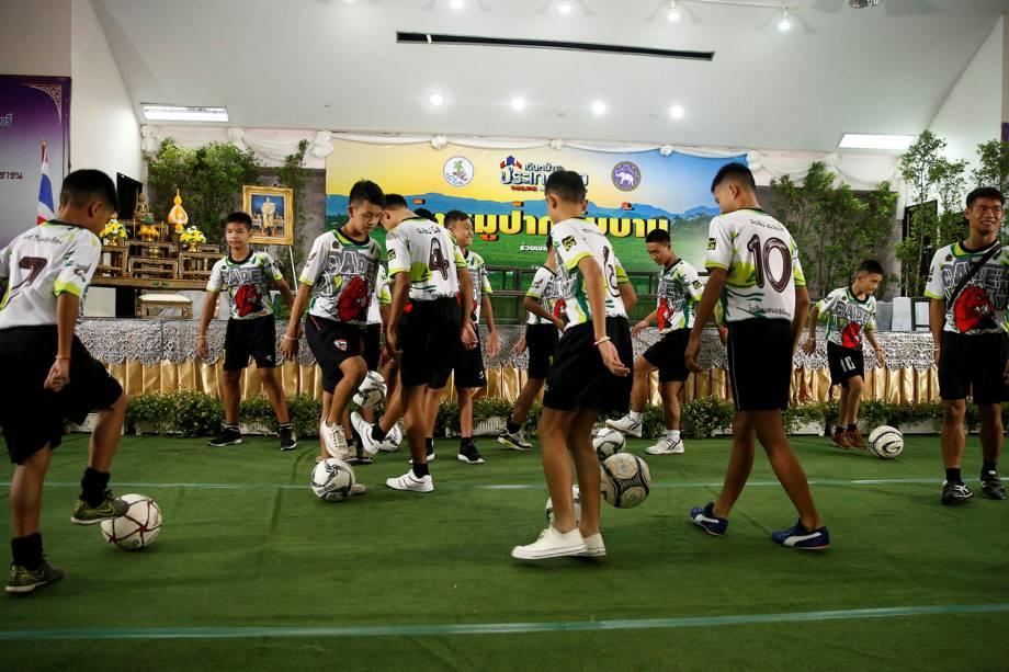 """""""Javalis Selvagens"""" voltam a jogar bola após deixarem hospital no norte da Tailândia. O time passou mais de duas semanas perdido dentro de uma caverna inundada. - 18/07/2018"""