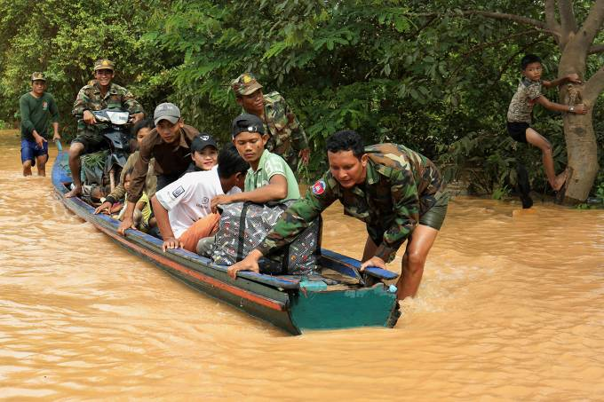 Soldados evacuam moradores com bote na província de Stung Treng, Camboja – 26/07/2018