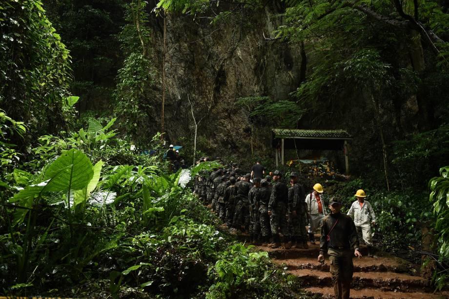 Soldados tailandeses entram na caverna de Tham Luang no parque nacional da floresta de Khun Nam Nang Non em Chiang Rai durante a operação de salvamento da equipa de futebol infantil e seu treinador, presos no local - 26/06/2018