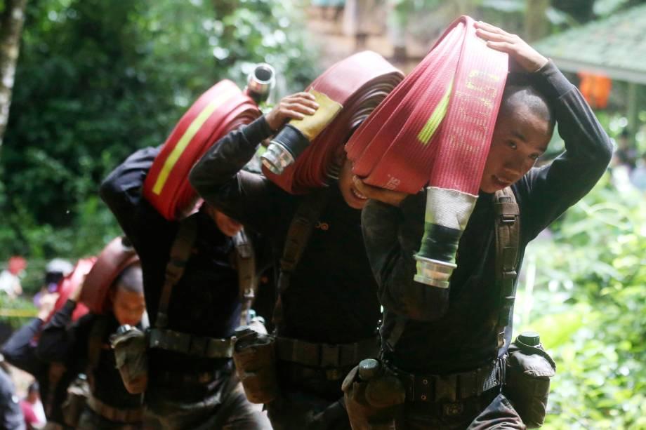 Soldados tailandeses trazem mangueiras e bombas de água adicionais para continuar a busca pelos 12 jovens membros de um time de futebol infantil e seu treinador desaparecidos no complexo de cavernas Tham Luang - 27/06/2018