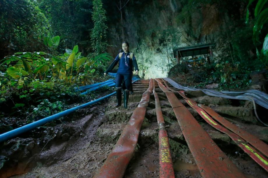 Socorrista desce por escadas cheias de lama na entrada do complexo de cavernas Tham Luang onde uma equipe de futebol infantil e seu treinador se desapareceram, na província de Chiang Rai, norte da Tailândia - 29/06/2018