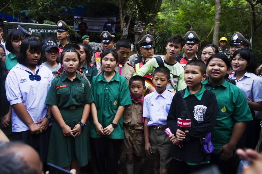 Estudantes cantam durante operações de salvamento de um time de futebol infantil e seu treinador presos no complexo de cavernas Tham Luang, na província de Chian Rai na Tailândia - 04/07/2018