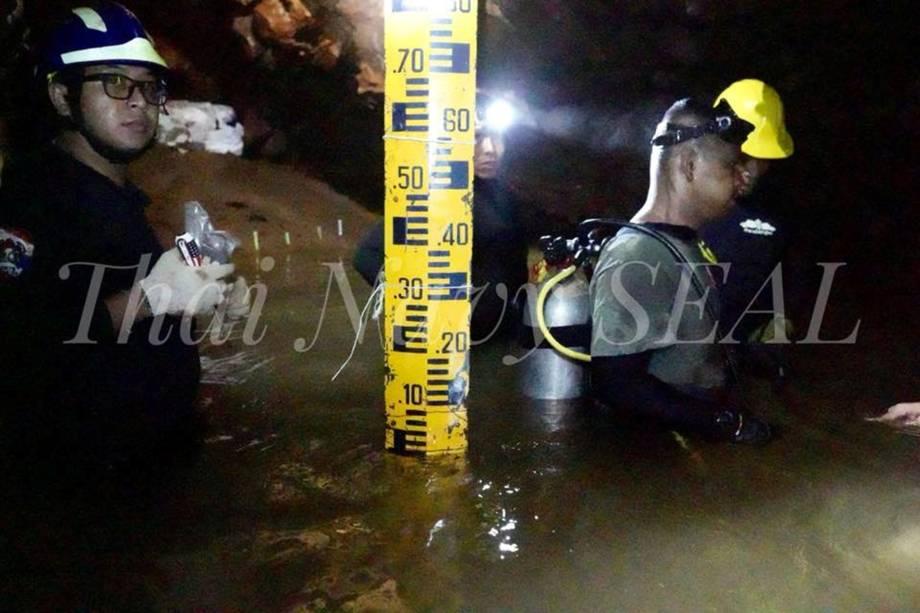 Equipes no trabalham resgate dos membros de uma equipe de futebol sub-16 e seu treinador no complexo de cavernas de Tham Luang, na província de Chiang Rai, na Tailândia - 04/07/2018