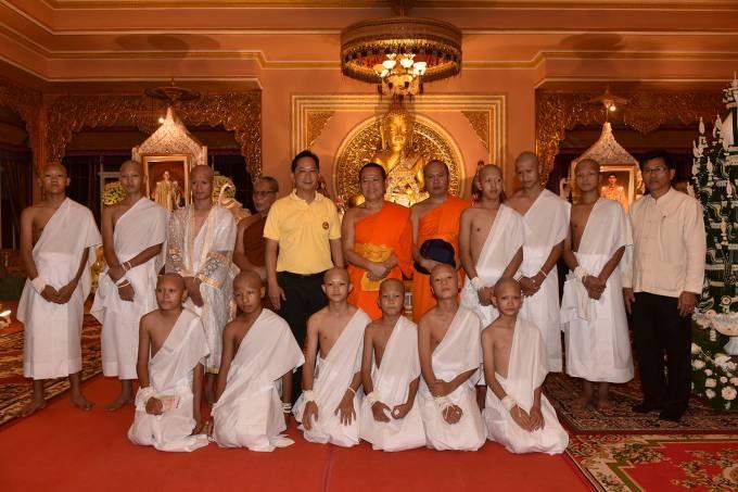 Os meninos da caverna da Tailândia participam de cerimônia budista