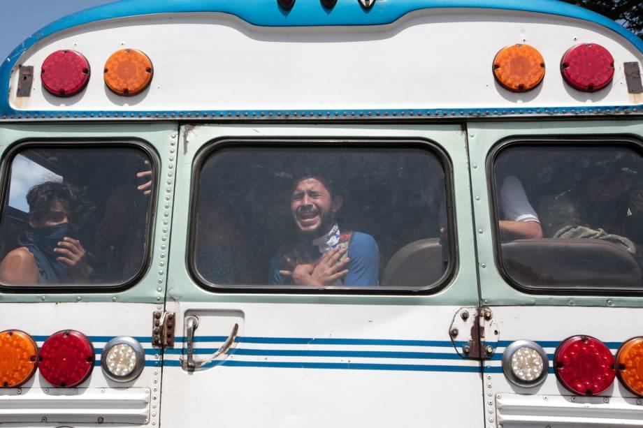 Estudantes universitários reagem dentro de um ônibus após terem deixarem uma igreja onde passaram a noite abrigados enquanto eram atacados por manifestantes pró-governo na Universidade Nacional Autônoma da Nicarágua (UNAN), em Manágua - 14/07/2018