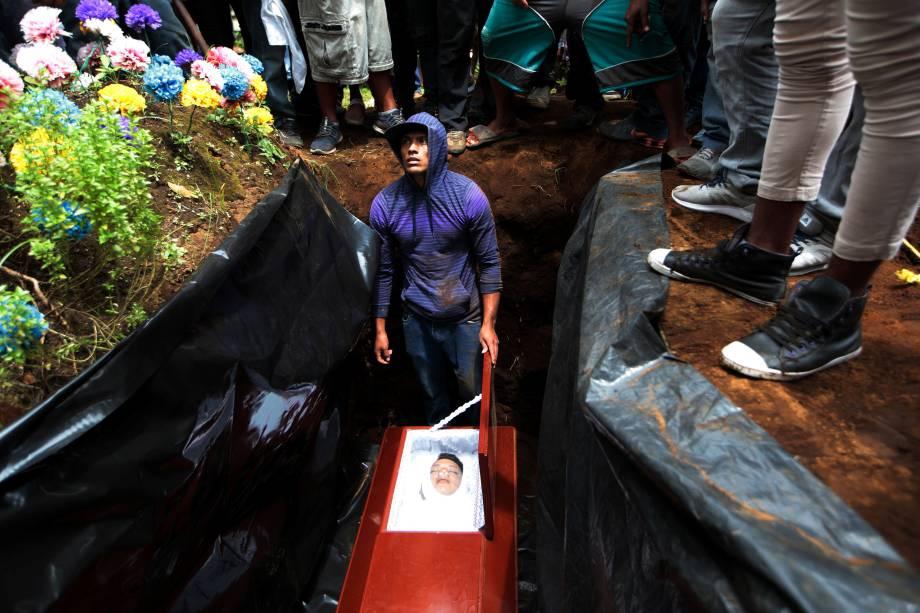 Parentes e amigos participam do funeral de José Esteban Sevilla Medina, morto durante um dos confrontos com simpatizantes do governo de Daniel Ortega em Monimbo, na Nicarágua - 16/07/2018
