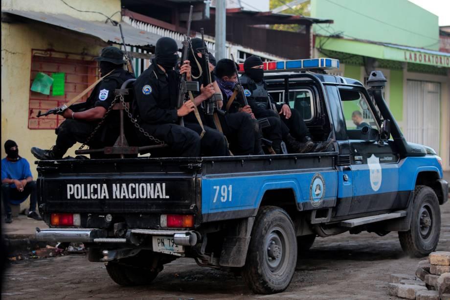 Membros da Força Especial da Nicarágua patrulham as ruas após um confronto na comunidade indígena de Monimbo, em Masaya, Nicarágua - 17/07/201