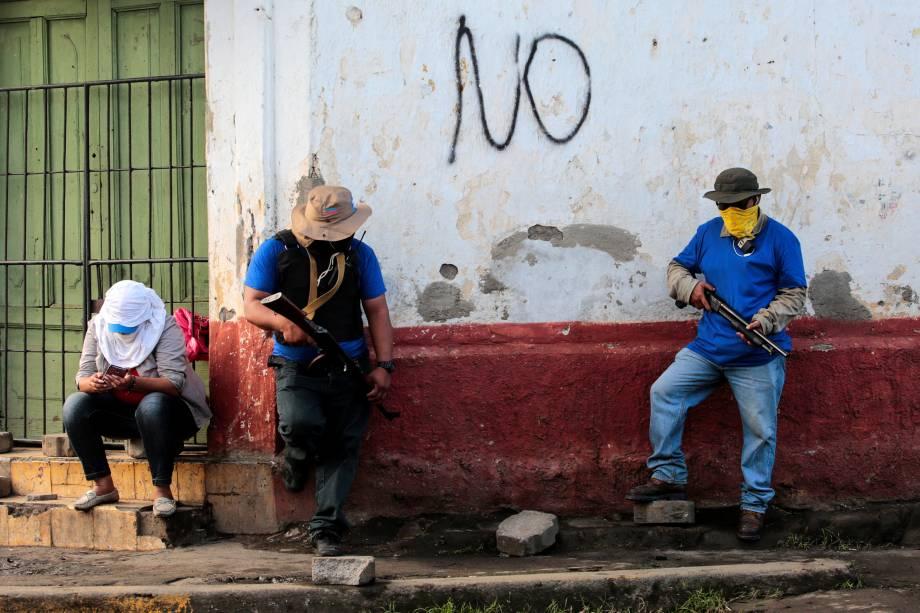 Apoiadores do governo sandinista de Daniel Ortega são vistos armados próximos a uma barricada após confrontos na comunidade indígena de Monimbo, em Masaya, Nicarágua - 17/07/2018
