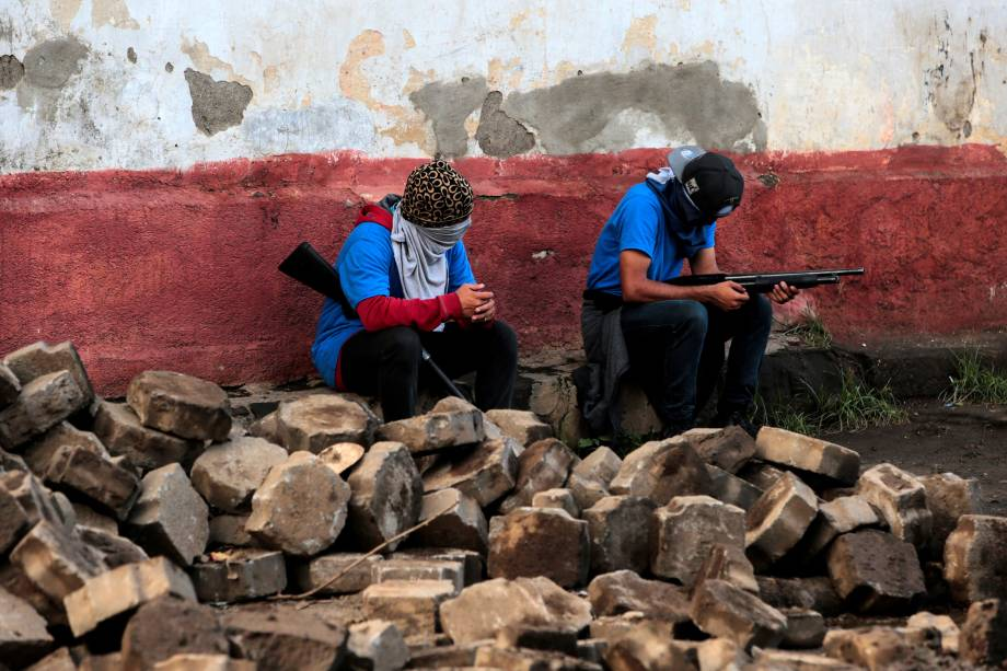 Apoiadores do governo sandinista de Daniel Ortega são vistos armados próximos a uma barricada após confrontos na comunidade indígena de Monimbo, em Masaya, Nicarágua - 17/07/201