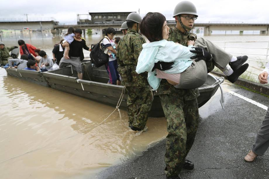 Moradores são resgatados de uma área inundada por soldados da Força de Autodefesa em Kurashiki, no sul do Japão - 07/07/2018