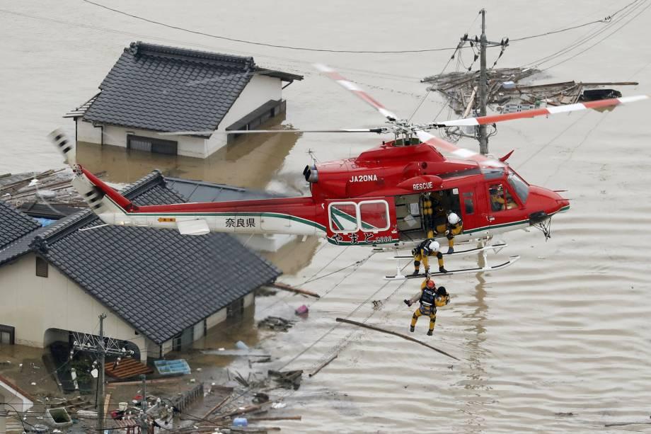 Morador é resgatado por um helicóptero de uma casa submersa em uma área inundada em Kurashiki, sul do Japão - 07/07/2018