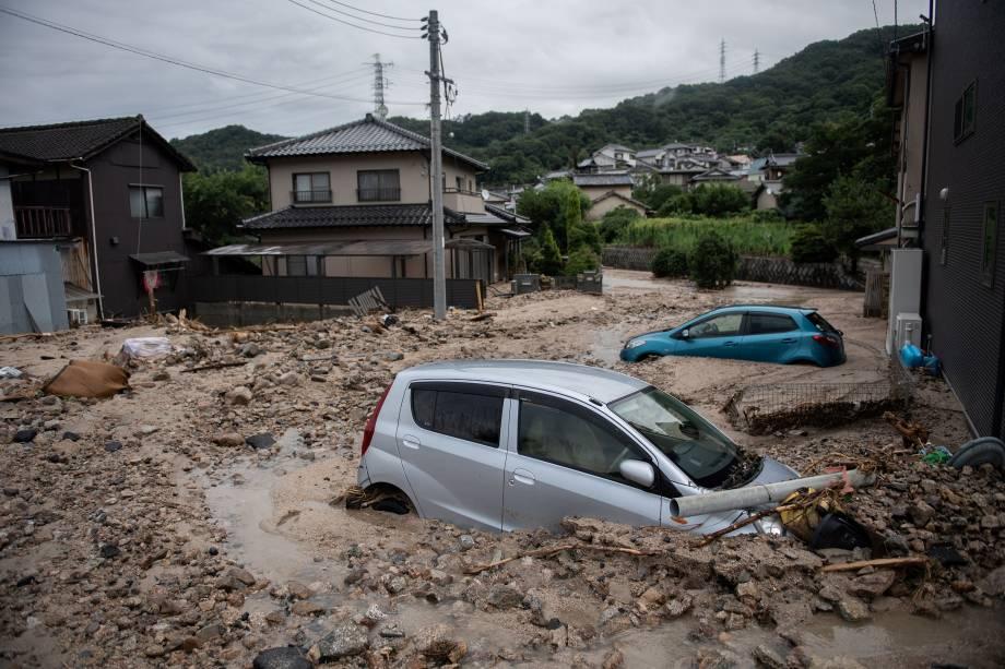 Carros ficam presos na lama após inundações em Saka, prefeitura de Hiroshima, no Japão - 08/07/2018