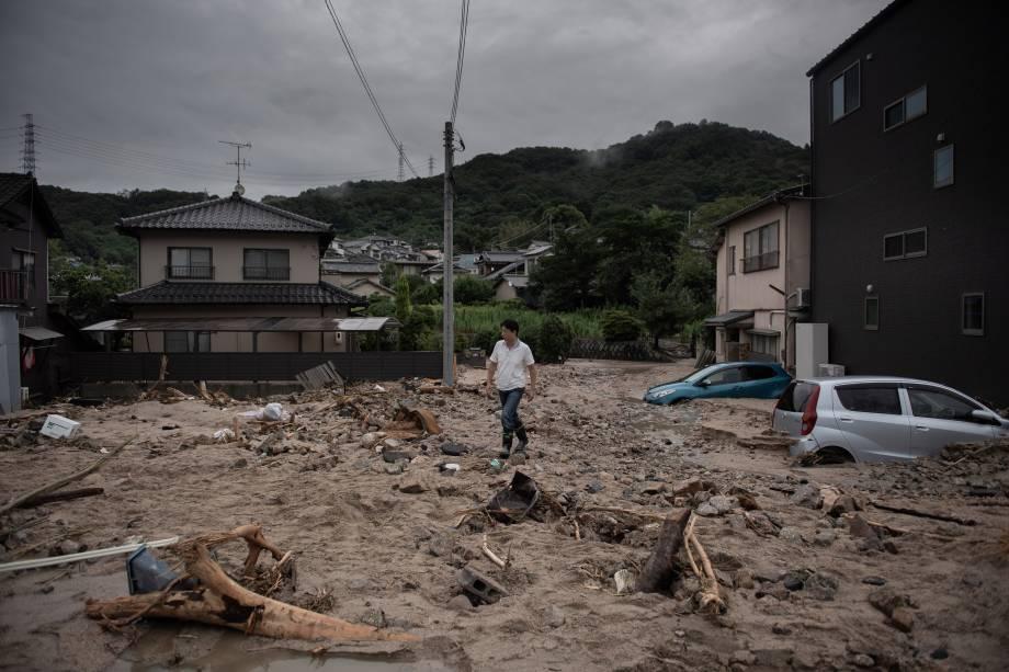 Um homem caminha por uma rua devastada durante as inundações em Saka, na província de Hiroshima, no Japão - 08/07/2018