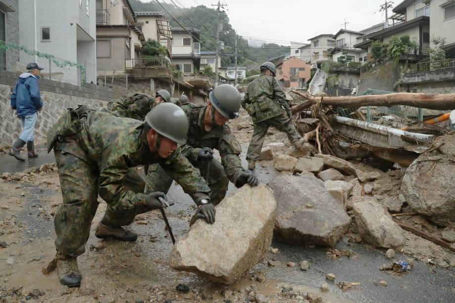 Forças de Autodefesa remover pedras espalhadas pelo fluxo de detritos em Hiroshima após as fortes chuvas que provocaram inundações no Japão - 08/07/2018
