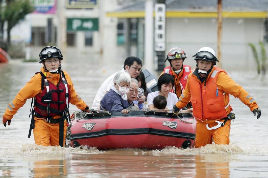 Moradores são retirados em um bote de uma área inundada em Kurashiki, Prefeitura de Okayama, no Japão - 08/07/2018