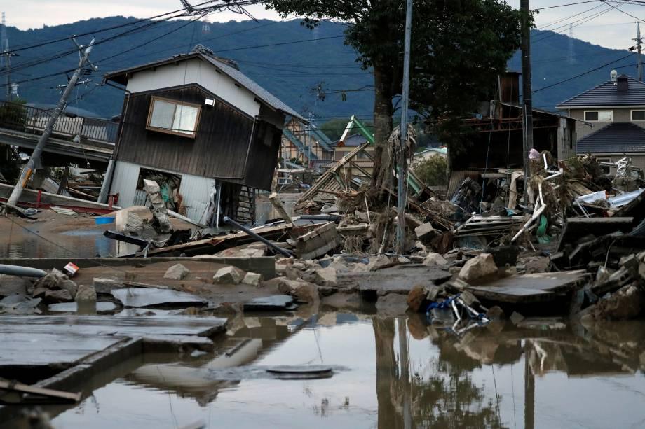 Casas submersas e destruídas são vistas em uma área inundada na cidade de Mabi, em Kurashiki, província de Okayama, no Japão - 08/07/2018