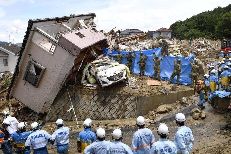 Equipes de resgate procuram pessoas desaparecidas em uma casa danificada pela forte chuva na cidade de Kumano, no Japão - 09/07/2018