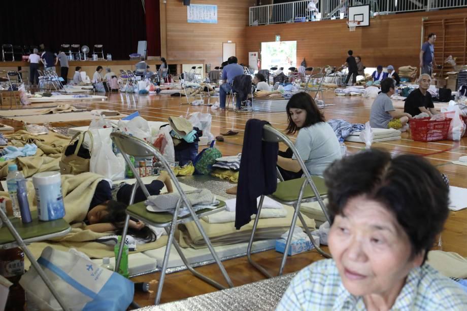 Moradores descansam em um centro de evacuação em Kurashiki, prefeitura de Okayama no Japão, após deixarem suas casas devido às fortes chuvas, inundações e deslizamentos na região - 09/07/2018
