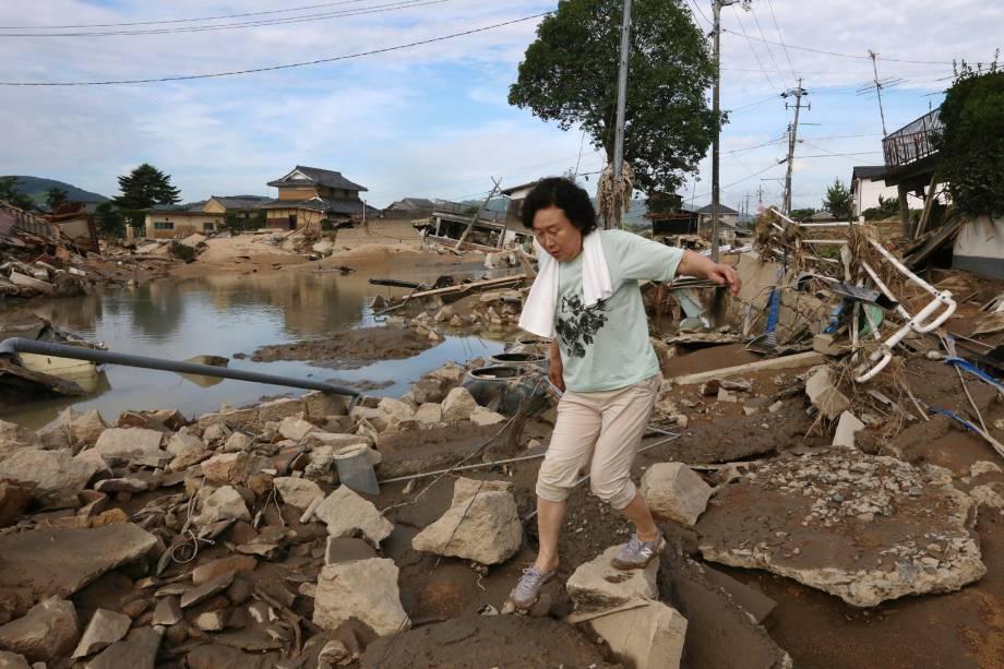 Moradora atravessa os escombros espalhados em uma área de enchente em Kurashiki, prefeitura de Okayama, no Japão - 09/07/2018