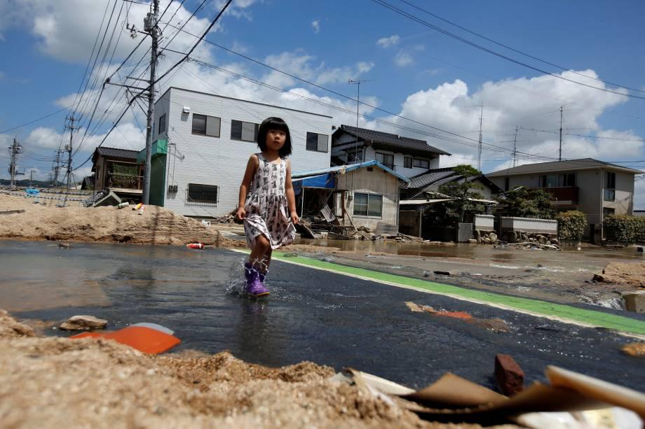 Criança caminha em uma área afetada pela enchente na cidade de Mabi em Kurashiki, Prefeitura de Okayama, Japão - 10/07/2018