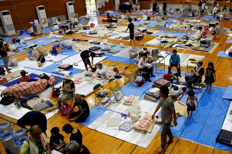 Pessoas que deixaram suas casas devido às enchentes e deslizamentos de terra causados pela chuva, descansam na escola primária de Okada, que funciona como centro de evacuação, na cidade de Mabi em Kurashiki, província de Okayama, Japão - 10/07/2018