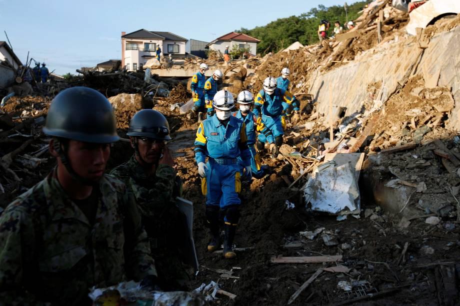 Equipes de resgate e soldados das Forças de Autodefesa do Japão procuram por pessoas desaparecidas em um local de deslizamento causado pelas fortes chuvas na cidade de Kumano, província de Hiroshima, Japão - 11/07/2018
