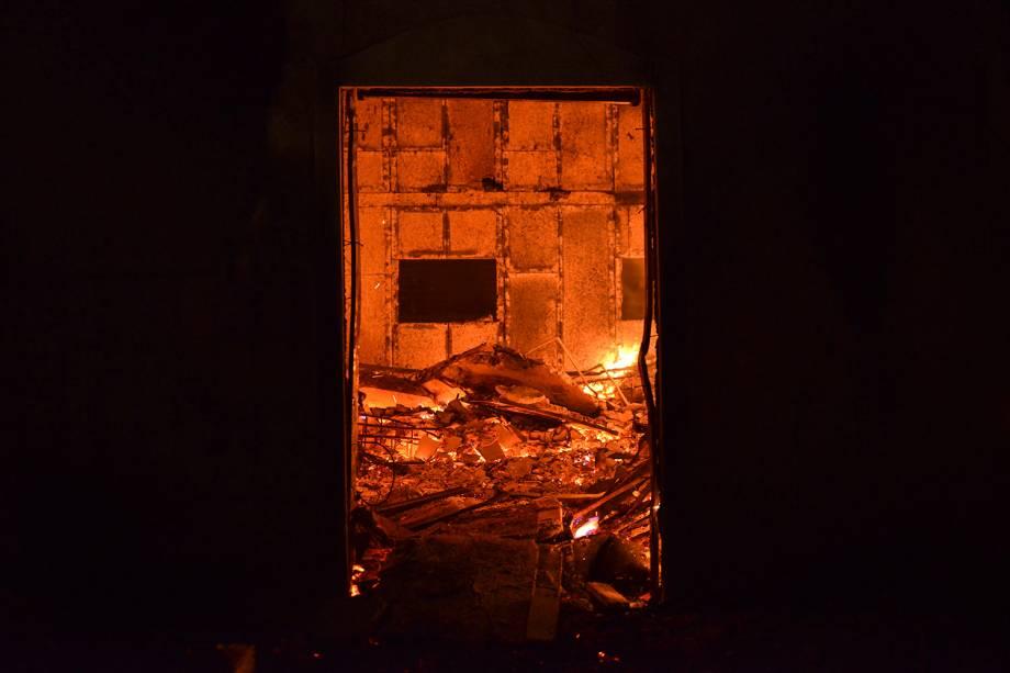 O interior de uma casa é visto em chamas durante um incêndio florestal no vilarejo de Mati, perto de Atenas, na Grécia - 23/07/2018
