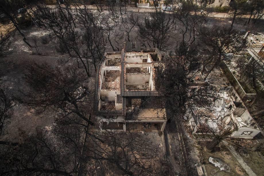 A fotografia aérea mostra a destruição causada por um incêndio florestal nas casas do vilarejo de Mari, na Grécia - 24/07/2018