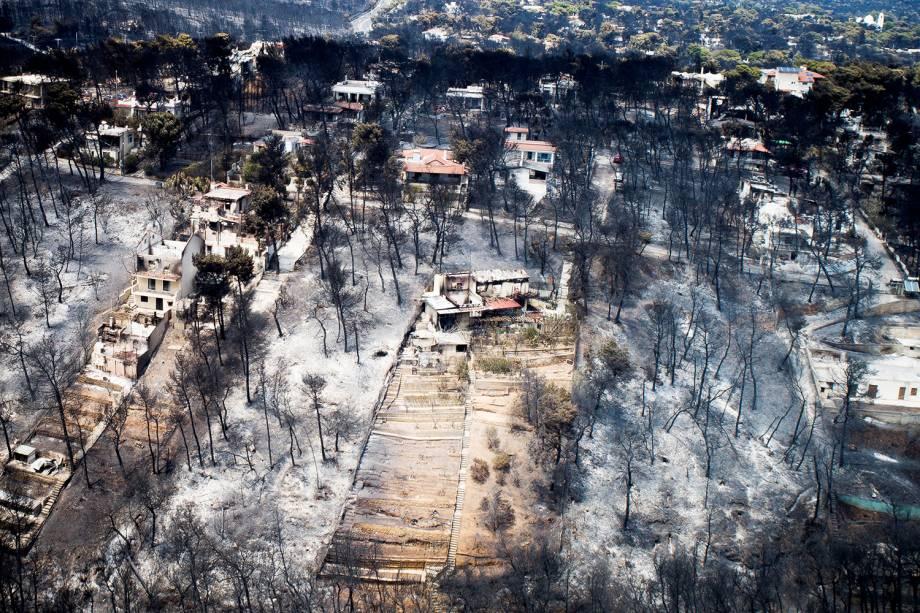 Vista aérea mostra casas destruídas por incêndio florestal que atingiu o vilarejo de Mati, próximo de Atenas, Grécia - 25/07/2018
