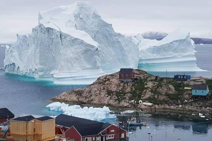Iceberg gigante se aproxima de assentamento na Groenlândia