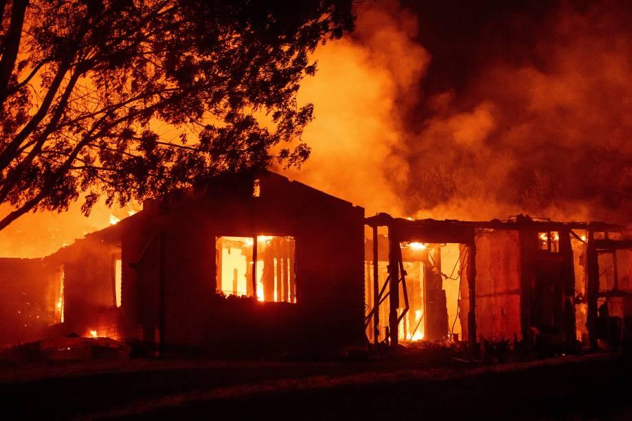 Casa é consumida pelas chamas do incêndio florestas Carr, na cidade de Reding, na Califórnia - 27/07/2018