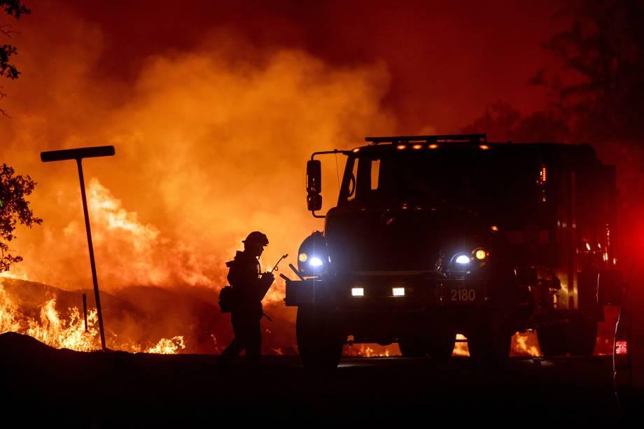 Bombeiro é visto ao lado do caminhão durante o combate ao incêndio florestal Carr, na cidade de Redding, Califórnia - 27/07/2018