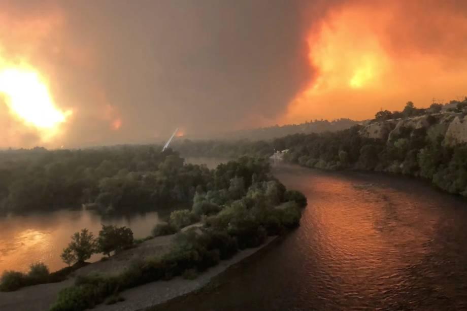 Chamas e a densa fumaça do incêndio florestal Carr são vistos na cidade de Redding, na Califórnia - 26/07/2018