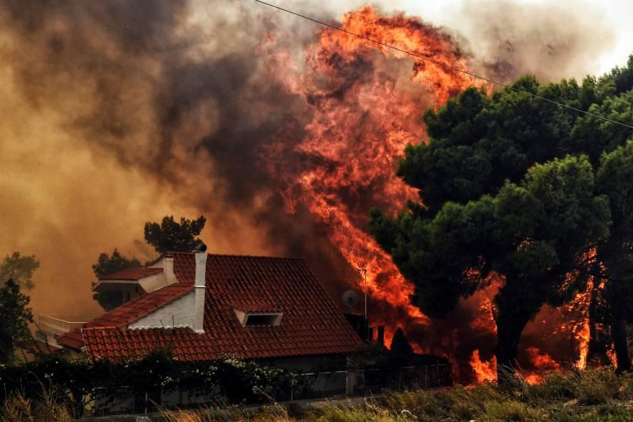 Mais de 300 bombeiros, cinco aeronaves e dois helicópteros foram mobilizados para enfrentar um grave incêndia florestal em Kineta, nos arredores de Atenas, na Grécia - 23/07/2018