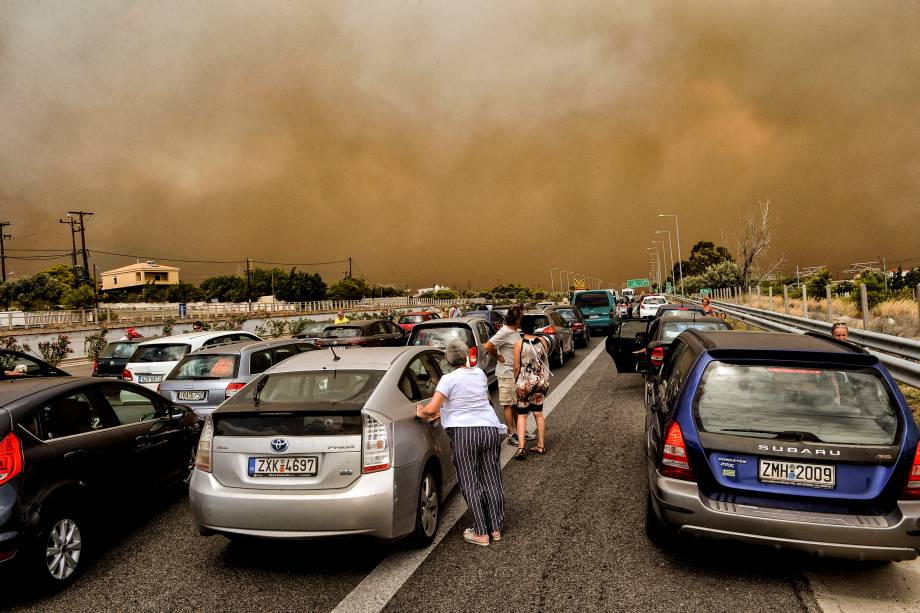 Carros bloqueiam uma estrada durante um incêndio em Kineta, perto de Atenas - 23/07/2018