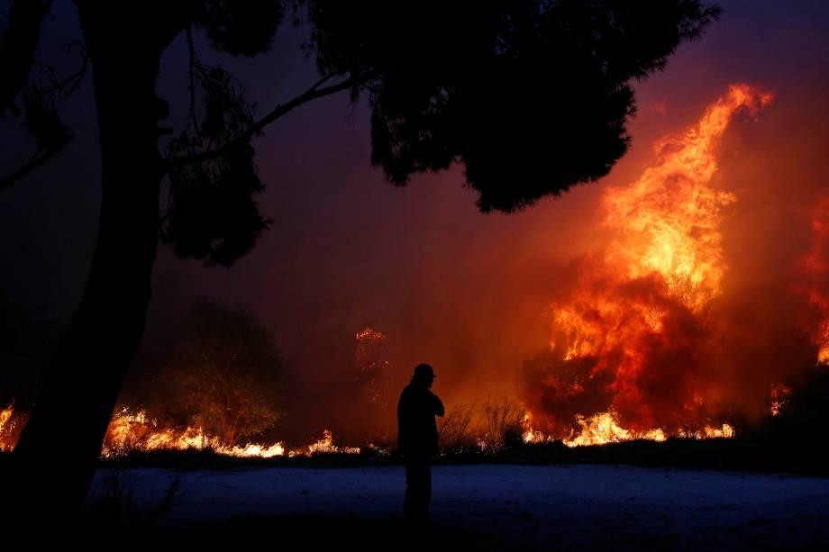 Incêndio florestal avança sobre a cidade de Rafina, perto de Atenas, na Grécia - 23/07/2018