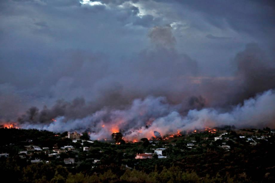 Incêndio florestal avança sobra a cidade de Rafina, perto de Atenas, na Grécia - 23/07/2018