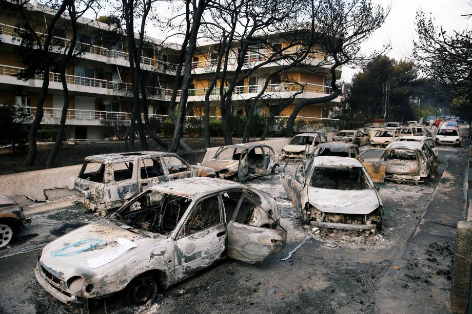 Carros ficam destruídos após um incêndio na aldeia de Mati, perto de Atenas, na Grécia - 24/07/2018