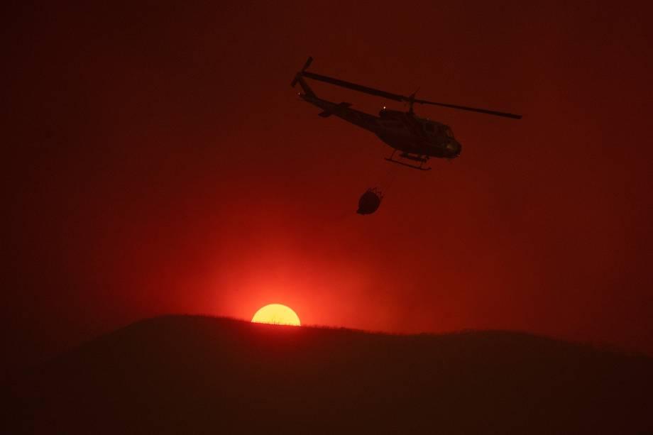 Helicóptero transporta água enquanto combate um incêndio florestal no Complexo de Mendocino em Lakeport, na Califórnia - 30/07/2018