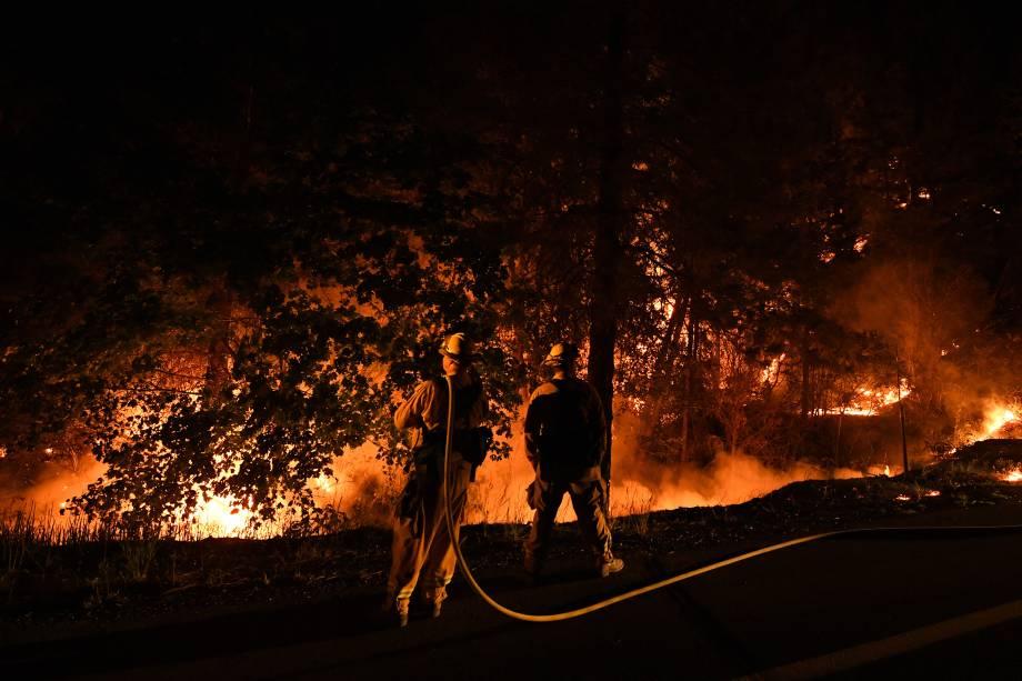 Bombeiros tentam conter as chamas do incêndio Carr enquanto ele se espalha em direção à cidade de Douglas City, perto de Redding, na Califórnia - 30/07/2018