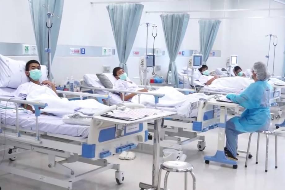 Os meninos em recuperação no hospital