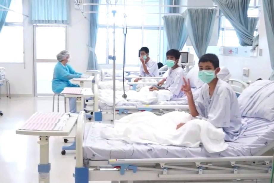 """Imagem divulgada pelo Departamento de Relações Públicas do governo tailandês (PRD) e pelo escritório do porta-voz do governo  mostra membros do time de futebol """"Javalis Selvagens' sendo tratados em um hospital em Chiang Rai, norte da Tailândia"""