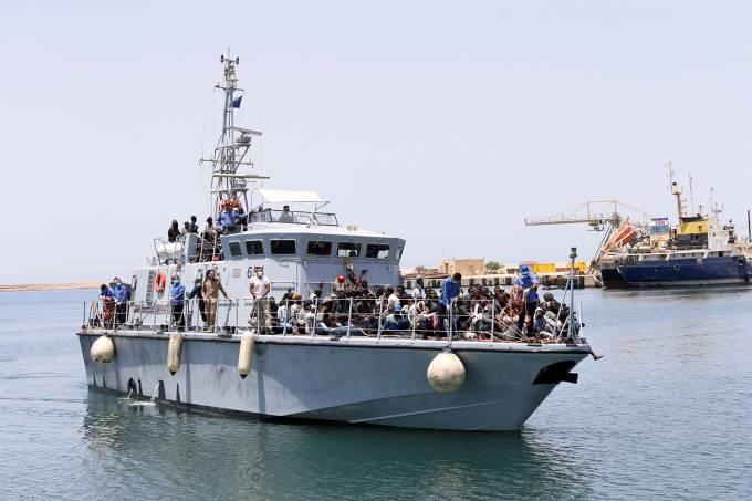 Imigrantes resgatados pela Guarda Costeira da Líbia