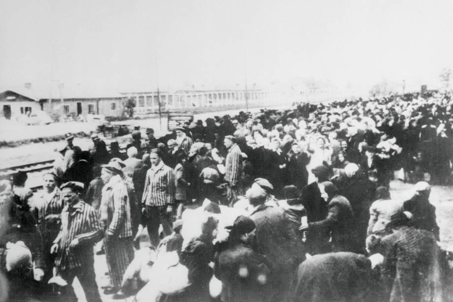 Prisioneiros aguardam trem rumo ao campo de concentração de Auschwitz