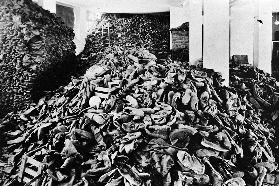 Centenas de sapatos de prisioneiros são vistos no campo de concentração de Auschwitz - 1939
