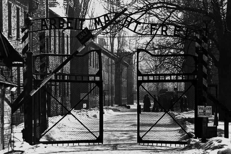 Portão de entrada do campo de concentração de Auschwitz - 1940