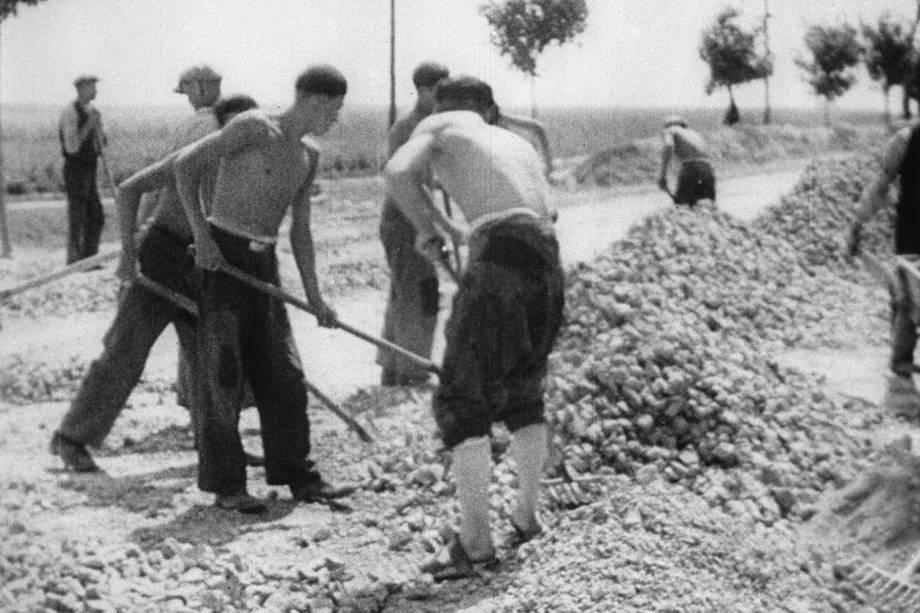 Prisioneiros trabalham no campo de concentração de Auschwitz - 1941